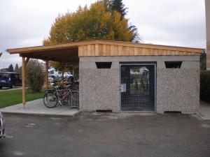 Aschentonnenhaus mit Fahrradunterstand
