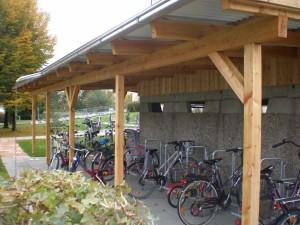Aschentonnenhaus mit Fahrradgarage